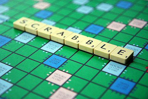 Le mot 'scrabble' inscrit sur le plateau de jeu.